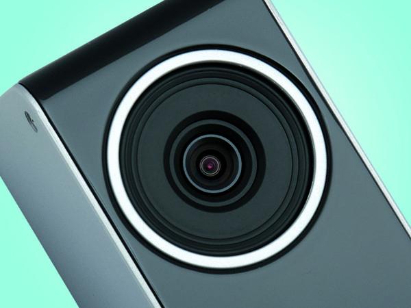 Pritiskanjem gornje i donje strane plastičnog prstena koji okružuje leću, namještamo njen vertikalni nagib