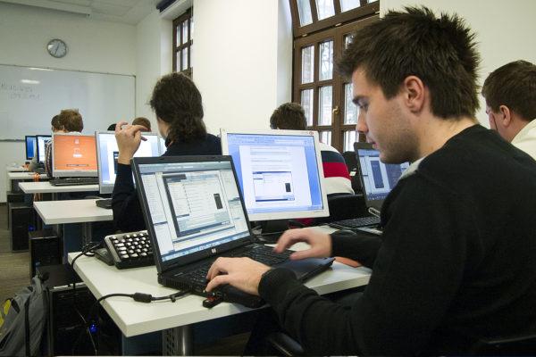 Algebra VMware i Red Hat akademski partner